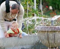 Vader en baby in park Stock Afbeeldingen