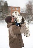 Vader en baby in sneeuw Royalty-vrije Stock Foto's