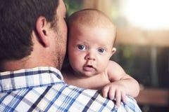 Vader en baby thuis samen, bedtijd royalty-vrije stock afbeelding