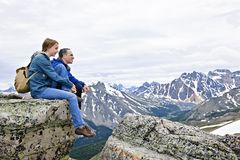 Vader en dochter in bergen Royalty-vrije Stock Foto
