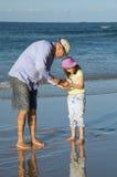 Vader en dochter bij het strand Royalty-vrije Stock Afbeeldingen