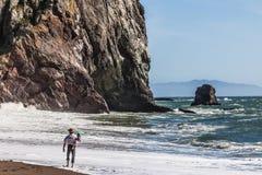 Vader en dochter bij het strand Stock Fotografie