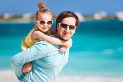 Vader en dochter bij strand Stock Foto