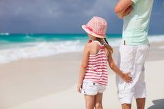 Vader en dochter bij strand Stock Afbeeldingen