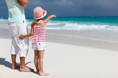 Vader en dochter bij strand Stock Afbeelding
