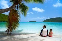 Vader en dochter bij strand Royalty-vrije Stock Afbeelding