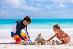 Vader en dochter bij strand Royalty-vrije Stock Afbeeldingen