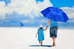 Vader en dochter die bij strand lopen Stock Afbeelding