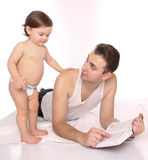 Vader en dochter die een boek lezen Stock Foto's