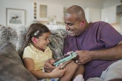 Vader en Dochter die een Digitale Tablet gebruiken Stock Afbeelding
