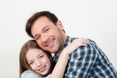 Vader en dochter die een omhelzing geven Stock Fotografie