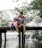 Vader en dochter die een super held spelen Stock Fotografie