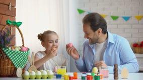 Vader en dochter die elke anderen met ei raken, Pasen-ei-onttrekkende traditie stock video