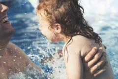 Vader en dochter die pret samen in een familie zwembad hebben - het Concept van de de Vakantiepret van de de Zomerfamilie - Vader stock foto's