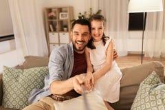 Vader en dochter die selfie thuis nemen royalty-vrije stock afbeeldingen