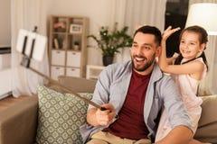 Vader en dochter die selfie thuis nemen royalty-vrije stock afbeelding