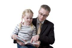 Vader en dochter gelezen boek Royalty-vrije Stock Fotografie