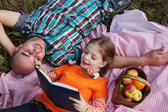 Vader en dochter gelezen boek Royalty-vrije Stock Foto
