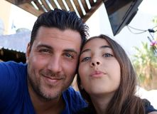 Vader en dochter gelukkige het gelukfamilie van gezichten schitterende portretten Stock Afbeeldingen