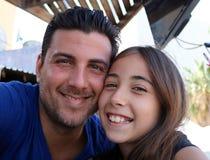 Vader en dochter gelukkige het gelukfamilie van gezichten schitterende portretten royalty-vrije stock foto
