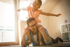 Vader en dochter het besteden tijd thuis Stock Foto