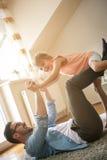 Vader en dochter het besteden tijd thuis Royalty-vrije Stock Fotografie