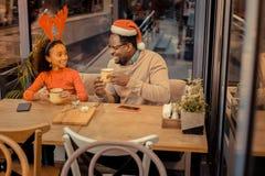 Vader en dochter het drinken cacao voor Kerstmis royalty-vrije stock foto