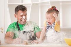 Vader en dochter het koken Royalty-vrije Stock Foto's