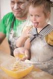 Vader en dochter het koken royalty-vrije stock afbeeldingen