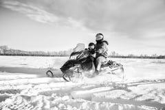 Vader en dochter het snowmobiling Stock Fotografie