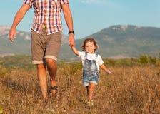 Vader en dochter het spelen Royalty-vrije Stock Afbeeldingen