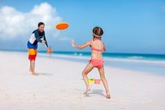 Vader en dochter het spelen met vliegende schijf Stock Fotografie
