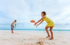 Vader en dochter het spelen met vliegende schijf Stock Afbeelding