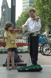 Vader en dochter het spelen viool in Berlijn op 29 Juni, 2006 tijdens de Voetbalwereldbeker 2006, Duitsland Royalty-vrije Stock Afbeeldingen