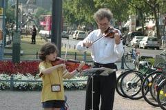 Vader en dochter het spelen viool in Berlijn op 29 Juni, 2006 tijdens de Voetbalwereldbeker 2006, Duitsland Royalty-vrije Stock Foto