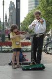 Vader en dochter het spelen viool in Berlijn op 29 Juni, 2006 tijdens de Voetbalwereldbeker 2006, Duitsland Stock Afbeelding