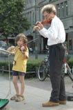 Vader en dochter het spelen viool in Berlijn op 29 Juni, 2006 tijdens de Voetbalwereldbeker 2006, Duitsland Royalty-vrije Stock Fotografie
