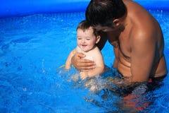 Vader en dochter in het zwembad royalty-vrije stock foto's