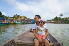 Vader en dochter in Hoi An, Vietnam royalty-vrije stock afbeeldingen