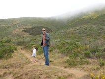 Vader en dochter in land Royalty-vrije Stock Foto's