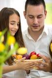 Vader en dochter met kleurrijke eieren royalty-vrije stock fotografie