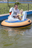 Vader en dochter op boot Royalty-vrije Stock Afbeeldingen