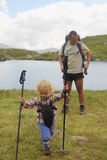 Vader en dochter op Capra-Meer in Fagaras-berg Stock Afbeelding