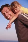Vader en dochter op de overzeese kust Stock Foto's