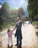 Vader en dochter op de weg Stock Foto's