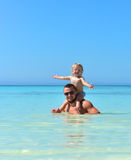 Vader en dochter Papa die het meisje van de twee éénjarigenbaby op hals houden royalty-vrije stock foto's