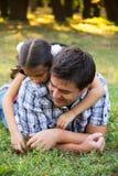 Vader en dochter in park Stock Fotografie