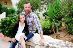 Vader en dochter samen buiten in de zomerdag royalty-vrije stock afbeelding