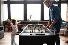 vader en dochter speellijstvoetbal thuis royalty-vrije stock foto