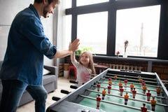 vader en dochter speellijstvoetbal thuis royalty-vrije stock afbeeldingen